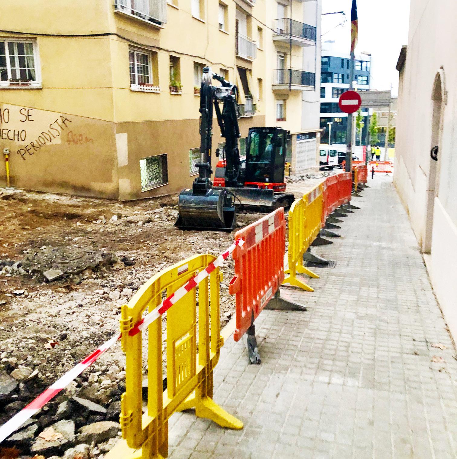 Les obres que s'estan duent a terme per convertir el carrer de Roger de Flor en zona pera vianants comporten afectacions al trànsit i modificacions del recorregut de l'autobús urbà